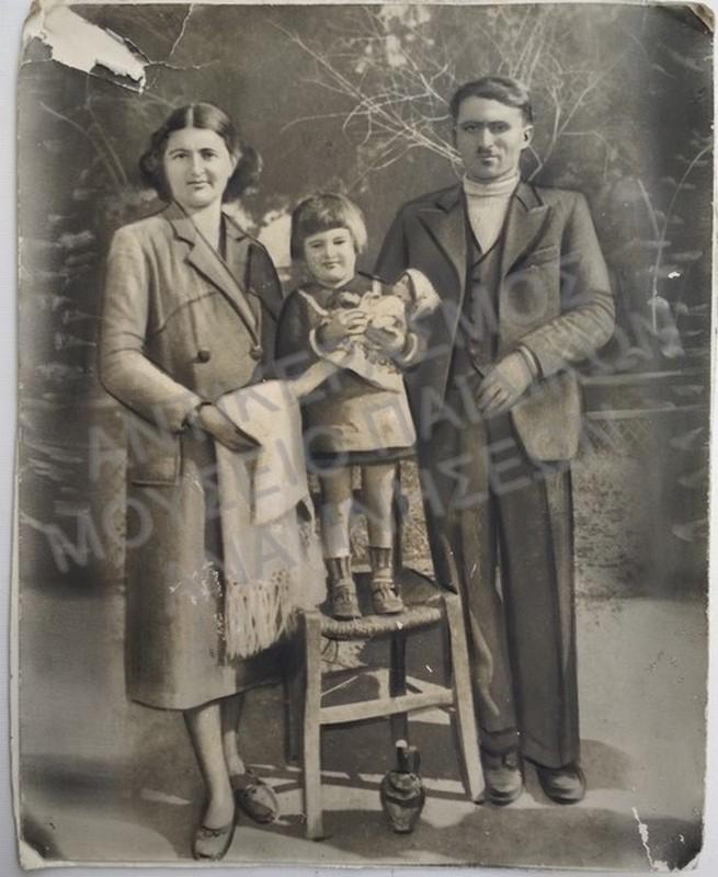 ΟΙΚΟΓΕΝΕΙΑΚΗ ΦΩΤΟΓΡΑΦΙΑ, ΤΟ ΚΟΡΙΤΣΑΚΙ ΕΧΕΙ ΑΓΚΑΛΙΑ ΤΗΝ ΚΟΥΚΛΑ ΤΟΥ, ΔΕΚΑΕΤΙΑΣ 1930